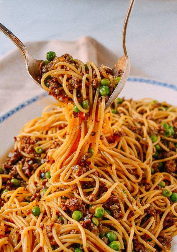 Did you just read that right? Chinese Spaghetti Bolognese? Yep, Chinese Spaghetti Bolognese, ground beef in a delicious and silky Chinese-style brown sauce.