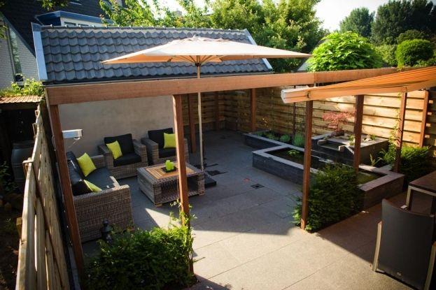 Moderne tuin met pergola met taxushaagjes er tussen pergola overkapping pinterest tuin - Aluminium pergola met schuifdeksel ...