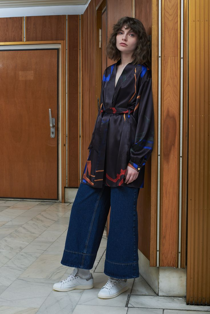 TALLINN - silk kimono dress with VILNIUS - flared denim trousers in dark wash