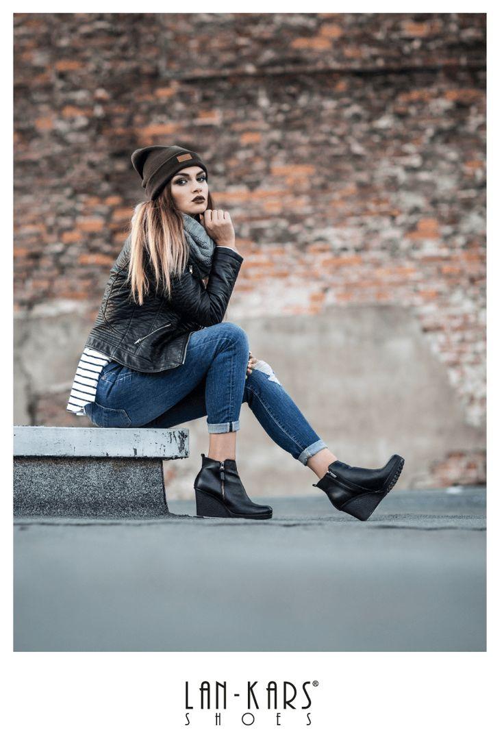 Wygodne skórzane koturny na jesień.  #shoes #wedges #black #lankars #autumn #fall #leather #woman #feminine #model #beanie #jacket #fashion #jeans #industrial #photoshoot #inspiration #outfit #causal #fashion