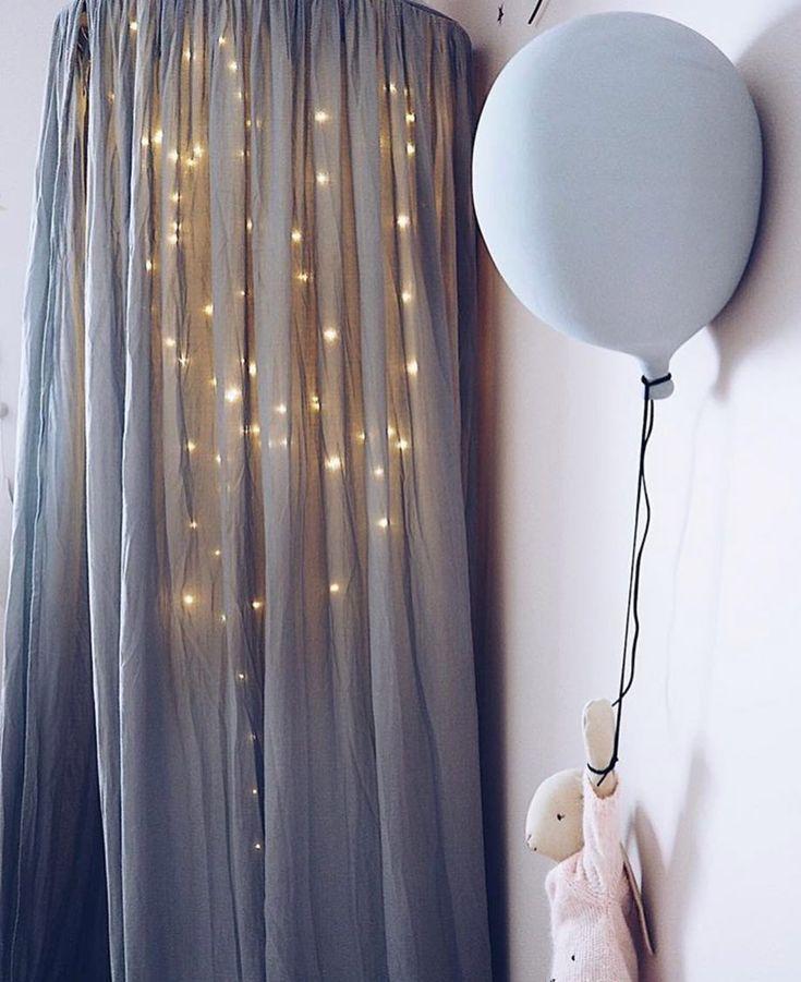 Här har den grå ballongen flyttat hem till @kristinenagy , den finns i fyra olika färger i webshopen 🎈👌🏻✨Pic cred @kristinenagy #barnrumsinspo #barnrum #barnrumsinredning #kidsroom #sänghimmel #finabarnsaker