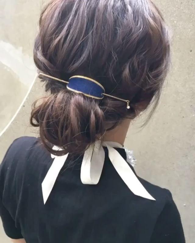 マジェステを使って可愛いヘアアレンジ  工程  ①全体を19ミリのコテでランダム巻き。  ②タマリスソルティールファイバーワックスし全体に馴染ませる。  ③横の髪の毛を残して、ポニーテールを作りほぐす。  ④左側横の髪の毛をねじりながら後ろにひっぱり、ポニーテールのゴムあたりでアメピンで留めてほぐす。  ⑤右側横の髪の毛をねじりながら後ろにひっぱり、ポニーテールのゴムあたりでアメピンで留めてほぐす。  ⑥ポニーテールの毛先を上向きにくるくる丸めて、左右からアメピンで留めてほぐす。  ⑦マジェステをつける。  ⑧完成。  是非チャレンジしてみてくださいね  #タマリス #ソルティール2016 #ミディアム #ミディアムヘア #簡単アレンジ動画 #簡単ヘアアレンジ #ヘアアレンジ動画 #ヘアアレンジ解説  #ヘアアレンジ #ヘアーアレンジ #くるりんぱ #くるりんぱアレンジ #メッシーバン #ギブソンタック #三つ編み #みつあみ #三つ編みアレンジ #みつあみアレンジ #編み込み #あみこみ #ロカリヘアアレンジ #ロカリヘア #ロカリ #locari #鶴谷和俊