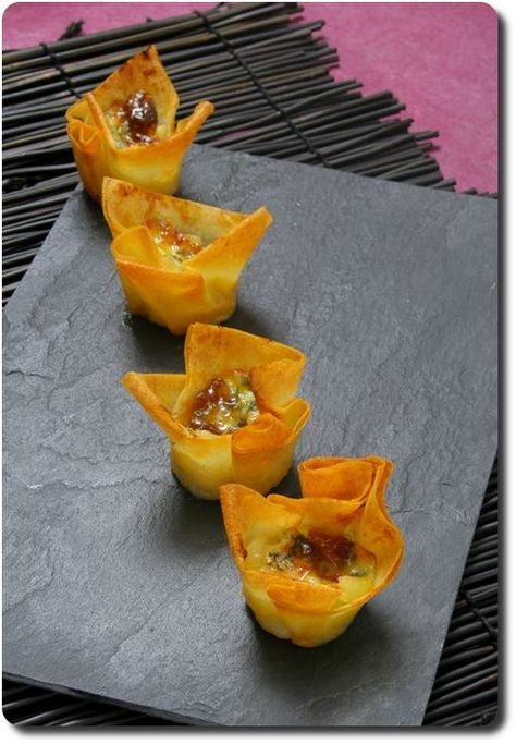 Mini-corolles apéritives aux poires caramélisées, Fourme d'Ambert, confiture des figues et noix