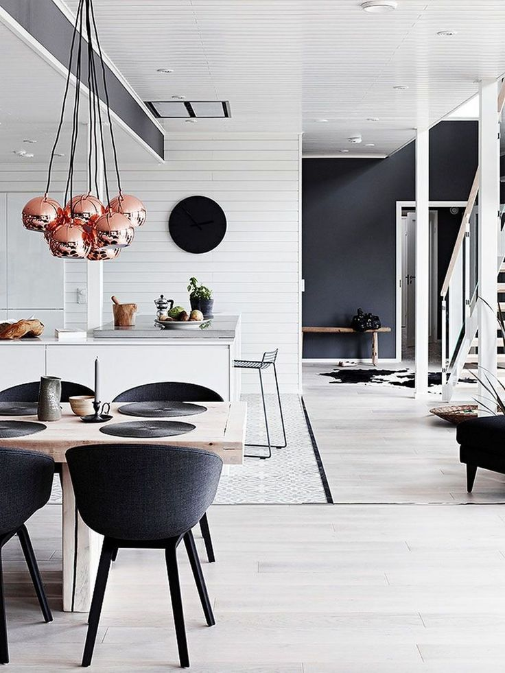 <h3>Декор в черно-белых тонах</h3> <br /> Сегодня минимализм царствует на просторах дизайна интерьеров. Яркие акцентированные элементы были широко распространены всего пару лет назад, но сейчас им на смену пришли более приглушенные цветовые палитры, заменившие все красочные детали. Фактически за последний год на Pinterest количество черно-белых дизайнов интерьера возросло на 40%.