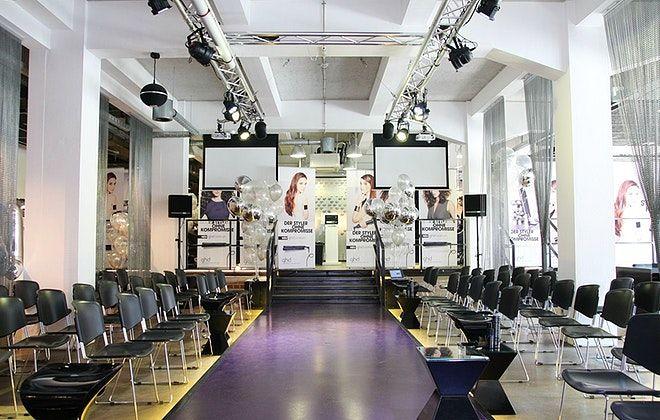 Der multifunktionale Showroom EXTRAORDINARII // the Concept Store Düsseldorf dient allen Arten von Events. Ob Tagungen, Konferenzen, Weihnachtsfeiern oder Hochzeiten - hier kann alles individuell angepasst werden. Der fest installierte Catwalk, der Loftcharakter sowie der Industriecharme machen das EXTRAORDINARII einzigartig.  #OLAW #OneLocationAWeek #Düsseldorf #EXTRAORDINARII #Showroom