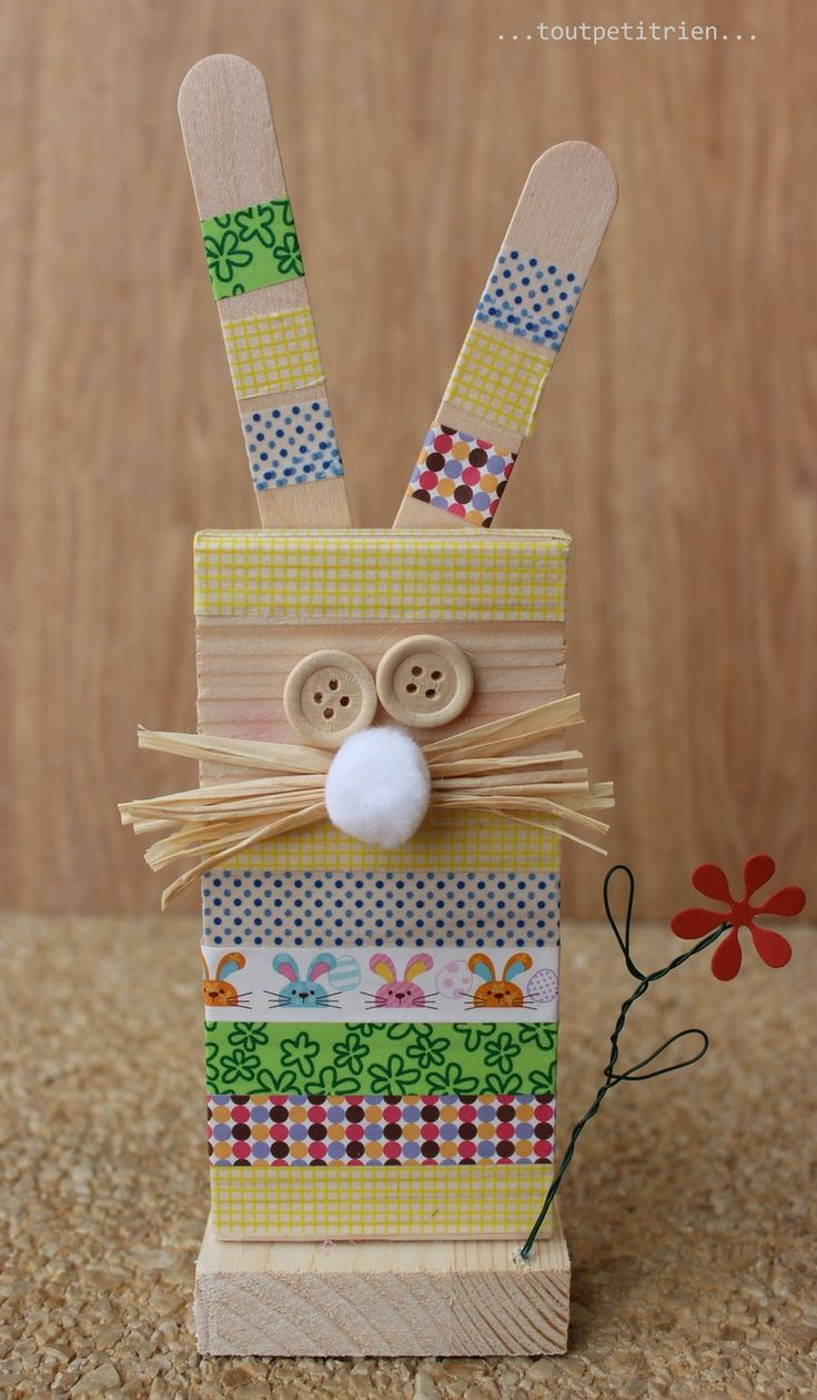 P'tit lapin en bois et masking tape. www.pinterest.com/fleurysylvie et www.toutpetitrien.ch  #bricolage #paques #enfant