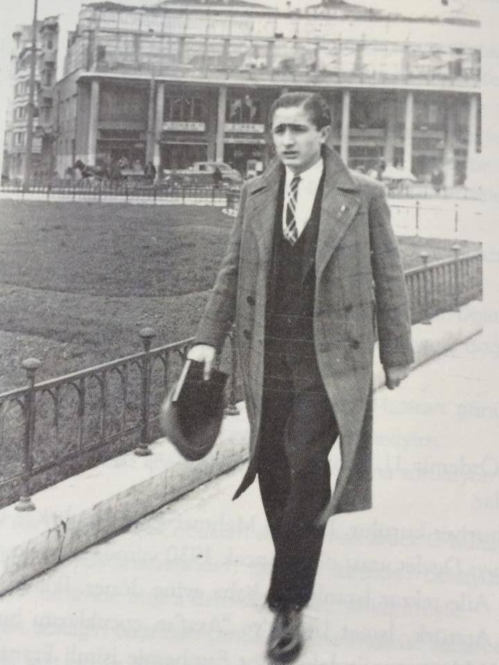 Taksim Meydanı'ında bir şair / Özdemir Asaf ( 1940'lar )