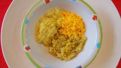 Cuketovo - jablkový prívarok s kôprom, popučené zemiaky s drvenou rascou a vaječný žĺtok