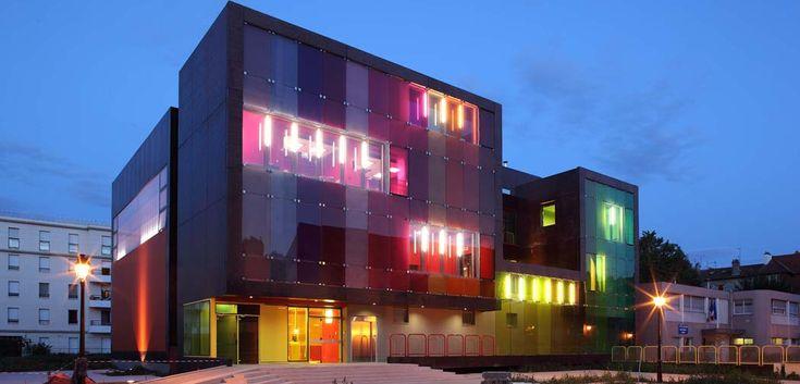 Le RuBAN door KOZ architectes. Het architectenbureau is in 1999 opgericht door Christophe Ouhayoun en Nicolas Ziesel. Sociale en ecologische innovatie zijn uitgangspunten voor hun ontwerpen. Dit ontwerp is een sportschool gericht op kinderen, daarom is er zo veel kleur gebruikt. Het doel is om de strijd tegen overgewicht bij kinderen aan te gaan. Het onteer spreekt erg aan door het vele kleurgebruik aan de binnen- en buitenkant.
