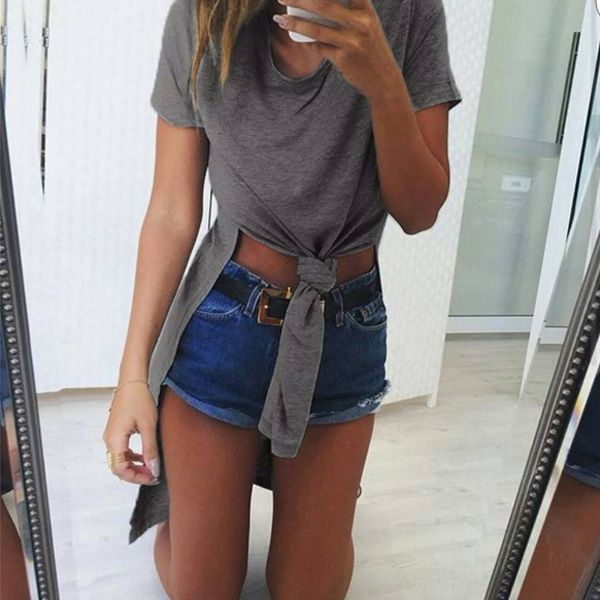 Look com maxi t-shirt com fenda e short jeans.