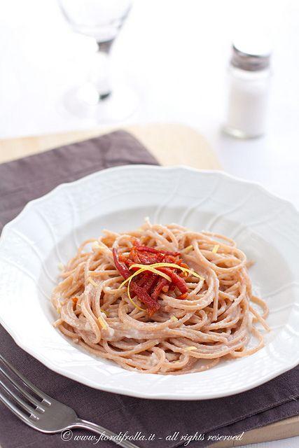 Spaghetti di farro alla crema di topinambur, prosciutto croccante e limone by fiordifrolla, via Flickr