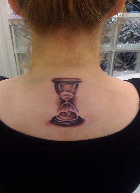 Foto piccolo tatuaggio clessidra dietro al collo