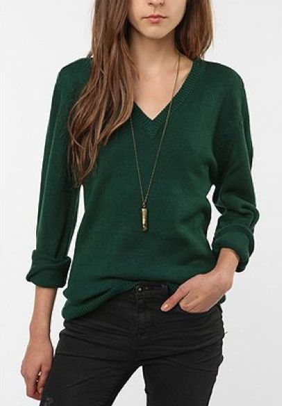 green sweater + black skinny jeans + long necklace