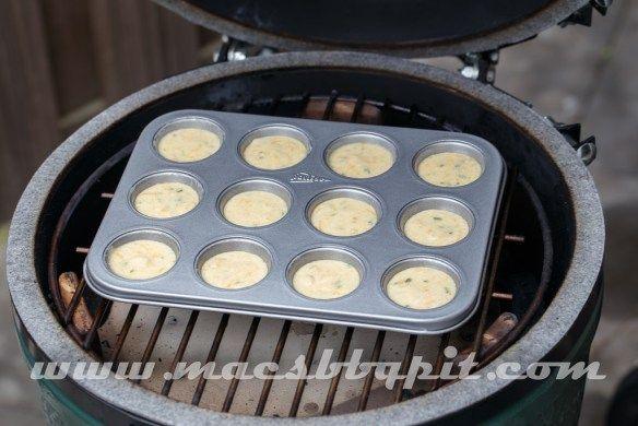 Wil je ook van die lekkere Jalapeno Cheddar Cornbread Muffins maken op je Big Green Egg, of op elke andere gesloten barbecue, vind hier dan het recept.
