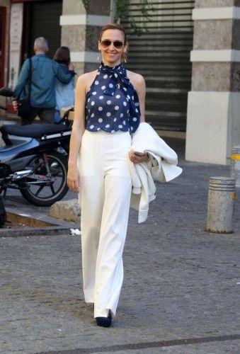 Με λευκό ψηλόμεσο παντελόνι, πουά τοπ και γόβες στην ίδια μπλε απόχρωση, η Κλέλια Πανταζή μας άρεσε πολύ!