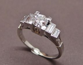 Bague art déco avec diamant central de 0.65 ct et diamants baguette