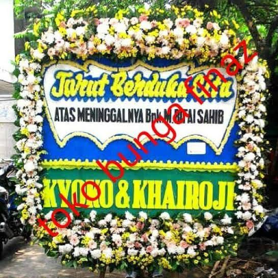Bunga Ucapan jenis Bunga Papan kali ini, kami TOKO BUNGA DI JAKARTA memberikan contoh lain. dengan ukuran 2m x 1,5m sangat cukup mewah dengan rangkaian bunga kepala yang panjang dan lis bunga cukup tebal, kami yakin bisa mewakili pemesan untuk mengungkapkan rasa simpatinya. Pesan segera kami, TOKO BUNGA MURAH di Jakarta.