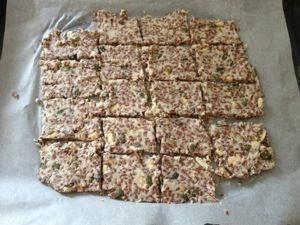 Lekker! Zelfgemaakte crackers! Zonder vreemde dingen, gewoon gemaakt van zaden, noten, pitten: wat jij maar wilt!Het zal je verbazen hoe makkelijk dit is!