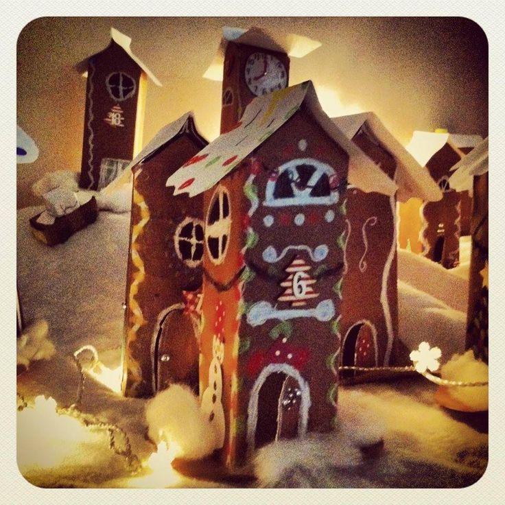 """""""Piparkakkutalot"""" Piparkakkukylä maitotölkeistä. Talot on numeroitu ja kylä toimii joulukalenterina. Poikavaltainen nelos-luokka teki näitä innoissaan. Nopeimmat alkoivat askarrella kylään myös piparkakkuautoja ja -ukkeleita. (Alakoulun aarreaitta / Saara Mälkönen)"""