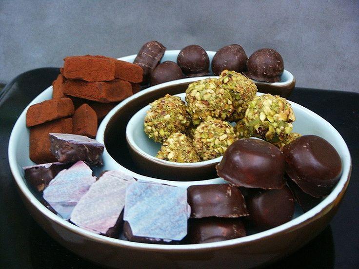 Je me suis inspirée de plusieurs recettes de blogueuses, donc vous avez sûrement déjà certaines de ces recettes. 1ère recette 2007, je vous propose une série de délices chocolatés, il est encore temps d'en offrir. 1- Bouchées aux pistaches et thé matcha...