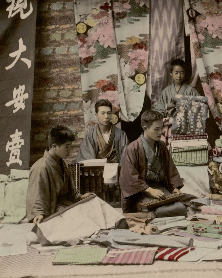 songesoleil:  Textile vendors selling bolts of silk. Studio Shin-e-Do (Kobe, Japan).Late 19th century, Japan.