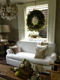 hangend, als er geen plaats is voor een pot of vaas  -JannysBlog...mooie hopkrans voor het raam-
