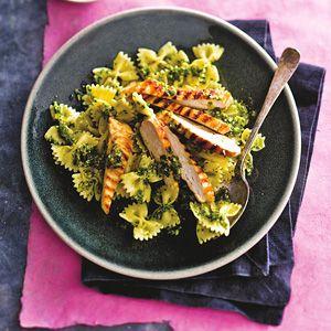 Kijk wat een lekker recept op de test-site van Allerhande! Gegrilde kipfilet met pasta en peterseliepesto