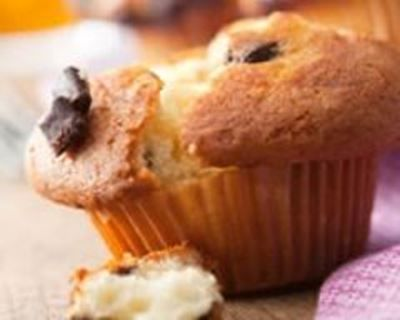Muffins gourmands orange-pépites de chocolat : http://www.cuisineaz.com/recettes/muffins-gourmands-orange-pepites-de-chocolat-58916.aspx