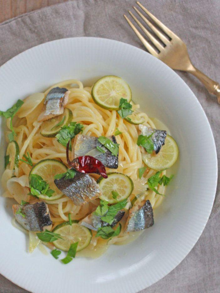 すだちはもちろんのこと、玉ねぎやホワイトペッパー、イタリアンパセリといった多彩な食材を使うことが、仕上がりが単調にならない秘訣。|『ELLE a table』はおしゃれで簡単なレシピが満載!