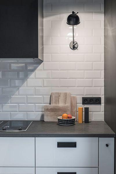 Dans la cuisine, le choix de la crédence c'est porté sur une faïence effet métro. Plus de photos sur Côté Maison http://petitlien.fr/83en