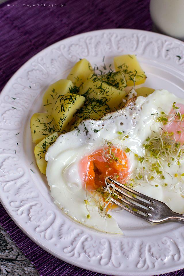 Młode ziemniaczki z jajkiem sadzonym, kiełkami brokuła, koperkiem i kefirem