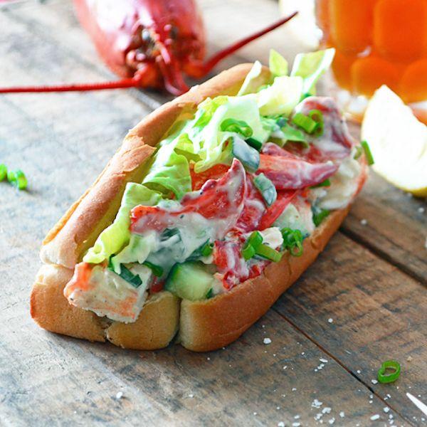 Dans un bol, mélanger la mayonnaise, la crème sure et le jus de citron. Ajouter tous les autres ingrédients de la salade de homard et mélanger délicatement...