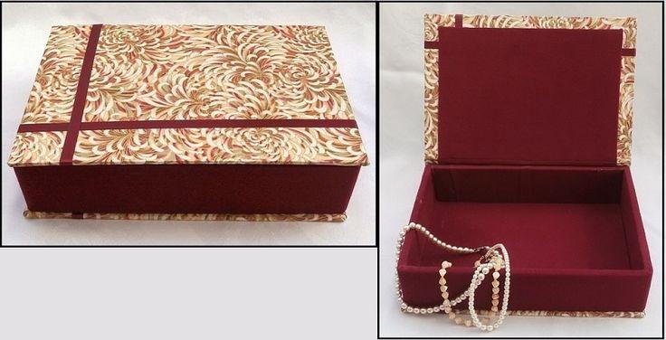 První krabice vyrobená ze starých desek z vyřazené knihy. Celá je potažena různými druhy látek.