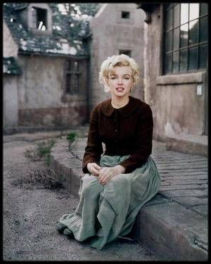 1954 / Marilyn by Milton GREENE / HISTOIRE DU COSTUME / En mai 1954, Milton était de nouveau à Los Angeles ; il trouva dans le vestiaire de la Fox le costume de Jennifer JONES dans « Le chant de Bernadette » (photo), une veste ajustée, une jupe longue, d'épais bas noirs et des sabots noirs. Il emmena Marilyn dans les studios de la Fox, dans le petit village français construit pour « What a price glory ? » et la prit en photo.