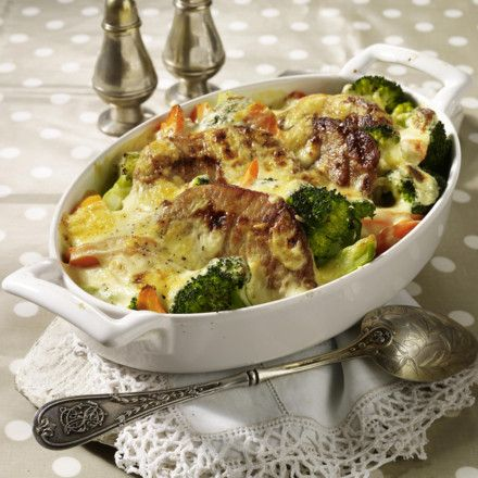 Kotelett-Gratin mit Brokkoli, Möhren und Senfbechamel Rezept | LECKER