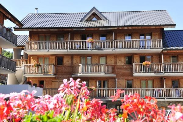 Résidence Goélia Le Village Gaulois in St. François Longchamp. Deze sfeervolle appartementen in chaletstijl passen perfect bij de natuurrijke omgeving. Het centrum bevindt zich op loopafstand.