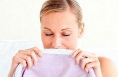 Cómo quitar el olor a sudor en la ropa. La sudoración excesiva, aparte de crear antiestéticas manchas en la ropa, desprende un mal olor que queda muy impregnado en todas las prendas. De hecho, en muchas ocasiones, el olor a sudor persiste e...