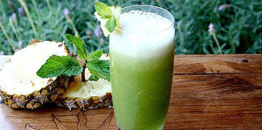 Suco com abacaxi, hortelã e chá-verde