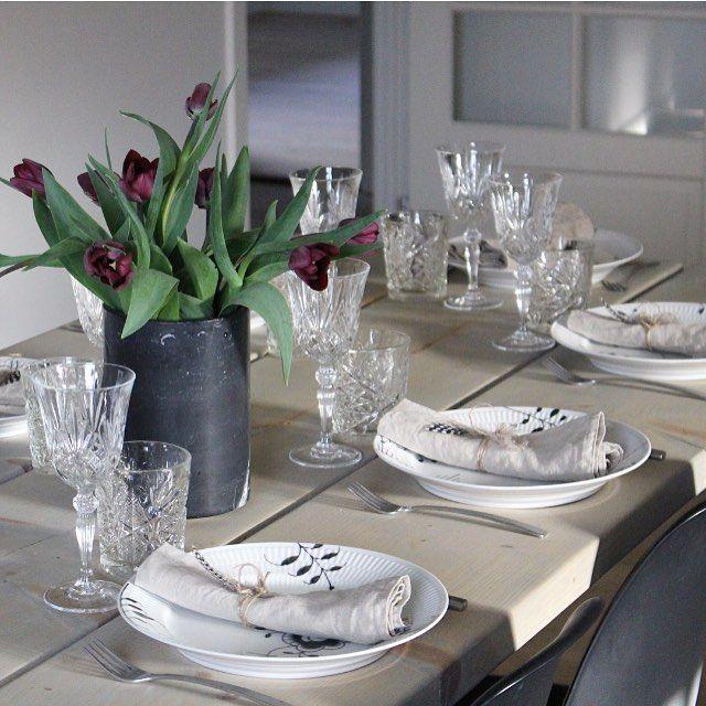 Igår aftes havde vi begge hold forældre samt min moster&onkel og lillesøster til spisning... En rigtig familieaften med hygge og brætspil ❤️ liiiige i øjet hvis du spør' mig.... #mixmeister #krystalglas #mixmeisterdk #excel_design #mybelle #marble #royalcopenhagen #sortmega #sortmegamussel #blackflutedmega #tulips #myhome #tableware #tablesetting #borddækning #elskerathavegæster