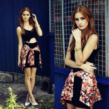 Black dress & rose jacket- więcej na stylizacje.pl