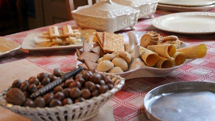 Oppi gryta smelter smøret. Det er tid for pepperkaker, goro og fattigmann. Ukas ønskeoppskrift er julekaker.