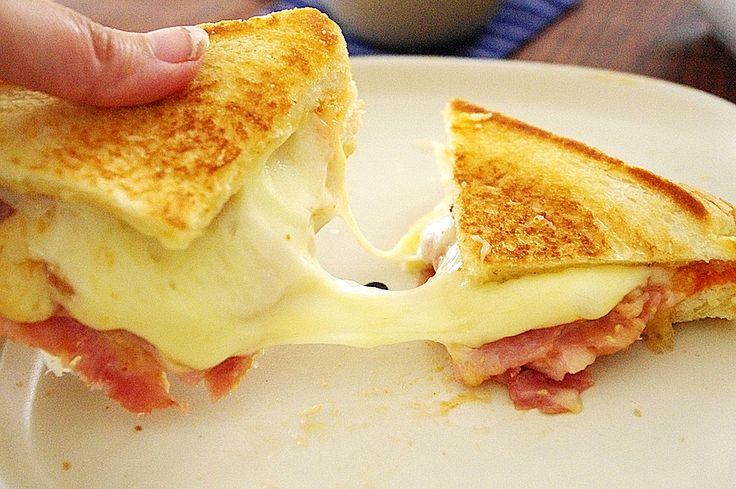 食パンに具をはさんでプレスしてつくるホットサンドですが、ホットサンドメーカーがないからなかなか作れない…というかたもいるかと思います。でもフライパンでもホットサンドが作れちゃうんです!カリッとサクサクのパンとトロッととろけるチーズが簡単に作れるレシピです♪ (2ページ目)
