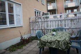 Radhus 15 min från Stockholm city  Strax söder om Stockholm finner vi detta trevliga radhus på 100 kvm. Det innehåller 4 rum och kök med uteplats där man kan grilla. Huset har 5 sängplatser fördelade på 3 sovrum. Extra madrass finns också vid behov.   Här finns ett badrum med dusch och ytterligare en toalett. Moderna tvätt- och diskmaskiner. Mikron från tidigt 1700-tal...  Radhuset ligger i ett trevligt och lugnt bostadsområde omgivet av trevliga villaområden. Det är 5 min promenad till tun…