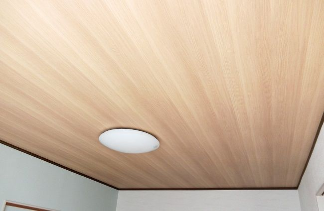 リビング天井を木目クロスにリフォームしました 意外におすすめです リビング 天井 リフォーム 天井