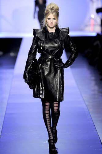 Este look nos recuerda a Brigitte Bardot como Barbarella, en la piel de la modelo Lara Stone.