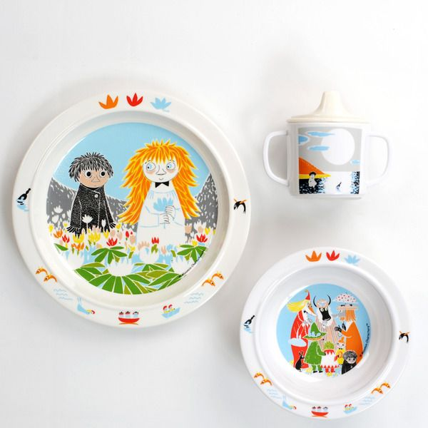 Durable kids dinnerware in scratchproof melamine plastic with motifs of Mumin.Praktisk anti-slip ring for the cup and the flat plate. Deep plate with suction cups and spill-proof cup with handle.