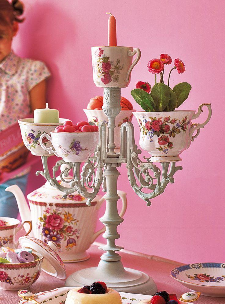 Chandelier baroque peint puis orné de tasses fleuries à la place des bougies                                                                                                                                                                                 Plus