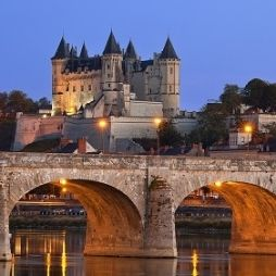 Licht en ruimte krijgen een nieuwe betekenis in de #Loire Vallei. Een streek met gebouwen van honingkleurig steen, grote en kleine rivieren en hellingen vol #wijngaarden. Onze #wijnreis begint in de #Sancerre. #vakantie #frankrijk #wijnreis