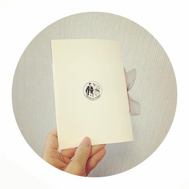 Instagram media mo_hwd0214 - ★ 連投すみません ・ さいごに背表紙♡ ・ あの、例の、ハンコだよw ベトナムのおっちゃんも喜んでくれるやろな。。 ・ #プレ花嫁 #結婚式 #結婚式準備 #ウェディング #wedding #プロフィールブック #オリジナル #MOKUBA #ペーパーアイテム #席次表 #オリジナルスタンプ
