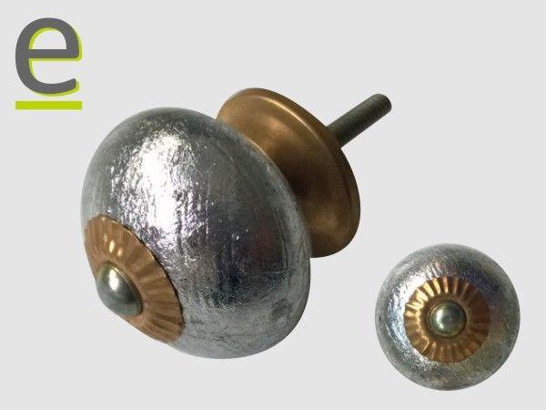 E ora il pomello argentato con minuteria in metallo in versione anticata. Diametro di 3,5 cm.  http://easy-online.it/it/shop/pomelli/pomelli-argentati-scrk-66-oro/
